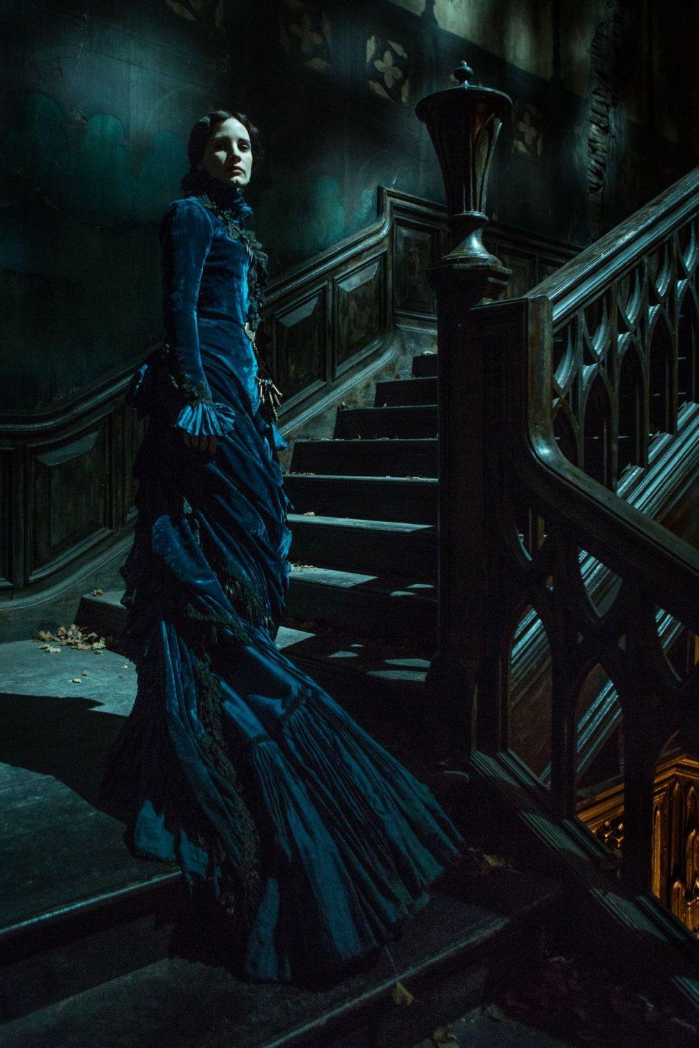 Crimson Peak: Jessica Chastain nei panni di Lady Lucille Sharpe nella prima foto ufficiale del film