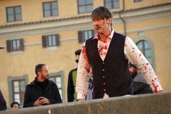 Hannibal: Mads Mikkelsen insanguinato su Ponte Santa Trinita