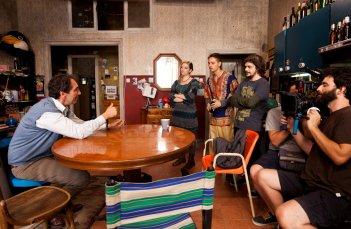 Zio Gianni: Paolo Calabresi in una foto di gruppo sul set