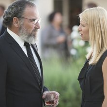 Homeland: Mandy Patinkin e Claire Danes in una scena dell'episodio Long Time Coming