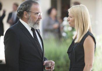 Homeland: Mandy Patinkin e Claire Danes in una scena dell'episodio Long Time Coming
