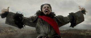 Pan: Hugh Jackman nei panni di Barbanera in una scena del film