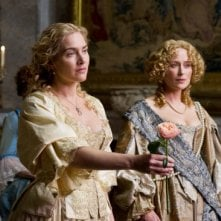 A Little Chaos: Kate Winslet tiene in mano una rosa