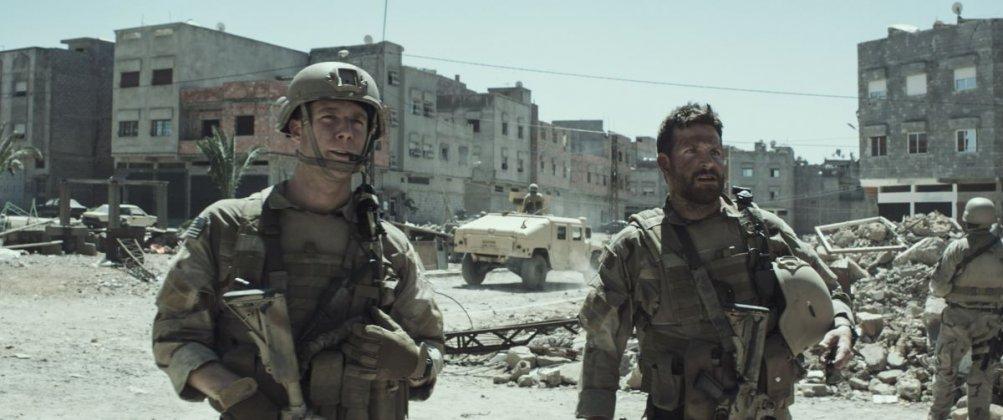 American Sniper: Bradley Cooper con Jake McDorman in una scena del film