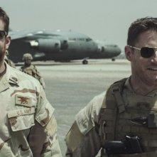 American Sniper: Bradley Cooper con Sam Jaeger in una scena del film