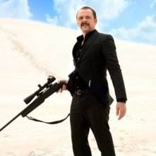 Kill Me Three Times: Simon Pegg imbraccia il fucile in una scena