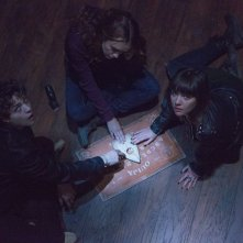 Ouija: Douglas Smith con Olivia Cooke e Ana Coto in una scena del film horror