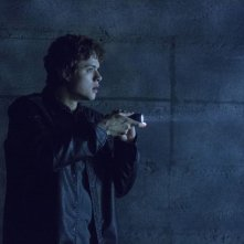Ouija: Douglas Smith in una scena del film horror