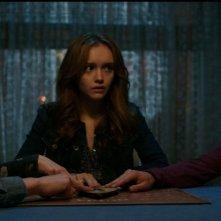 Ouija: Olivia Cooke insieme a Ana Coto, Daren Kagasoff, Douglas Smith e Bianca A. Santos in una scena del film horror