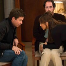 Come ammazzare il capo 2: Jason Bateman con Jennifer Aniston e Brendan Hunt in una scena del film