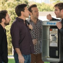 Come ammazzare il capo 2: Jason Bateman, Charlie Day e Jason Sudeikis rapitori di Chris Pine in una scena del film