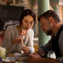 The Water Diviner: Russell Crowe insieme a Olga Kurylenko in un romantico momento del film