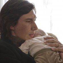 Hungry Hearts: Adam Driver stringe il suo piccolo in una tenera scena del film