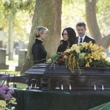 Revenge: Karine Vanasse, Madeleine Stowe e James Tupper in una scena della puntata Epitaph