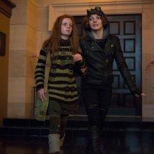 Gotham: le attrici Clare Foley e Camren Bicondova in La galleria dei furfanti