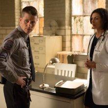 Gotham: Ben McKenzie e Morena Baccarin in una scena dell'episodio La galleria dei furfanti