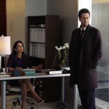 Forever: Sepideh Moafi e Ioan Gruffudd in una scena dell'episodio The Wolves of Deep Brooklyn
