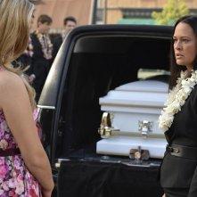 Pretty Little Liars: Sasha Pieterse e Sydney Penny in Through a Glass, Darkly