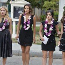 Pretty Little Liars: Ashley Benson, Shay Mitchell, Lucy Hale e Troian Bellisario in una scena della puntata Through a Glass, Darkly