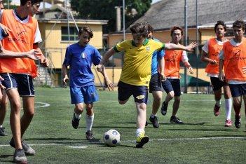 Banana: Marco Todisco durante una partita di calcio in una scena del film