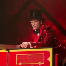 American Horror Story Freak Show: l'attore Neil Patrick Harris in una scena dell'episodio Magical Thinking
