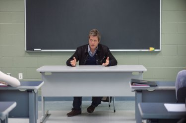 Professore per amore: Hugh Grant dietro la cattedra in una scena del film nei panni del prof. Keith Michaels
