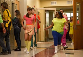 Glee: Lea Michele, Chord Overstreet, Amber Riley e Mark Salling nell'episodio Homecoming