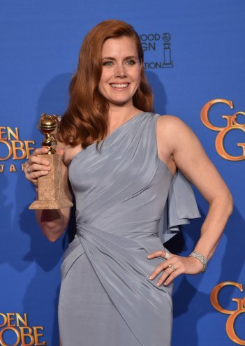 Amy Adams ai Golden Globes 2015, con il premio vinto per Big Eyes