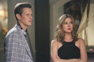 Revenge: Gabriel Mann ed Emily VanCamp in una scena di Madness