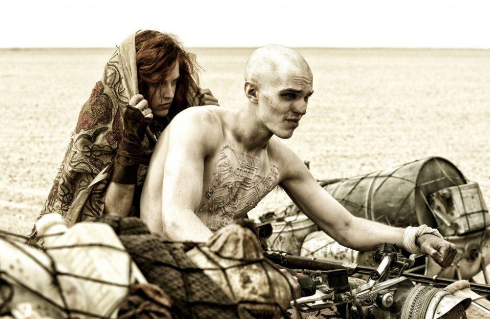 Mad Max: Fury Road, Nicholas Hoult in moto con Riley Keough in una scena del film