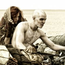 Mad Max: Fury Road, Nicholas Hoult in moto con Riley Keough in una scena del film
