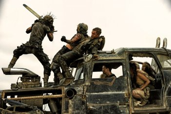 Mad Max: Fury Road, Tom Hardy con Charlize Theron in una concitata scena del film