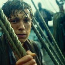 In the Heart of the Sea: Tom Holland impaurito in una scena del film
