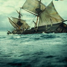 In the Heart of the Sea: la baleniera attaccata in mare nel 1820 in un'immagine del film