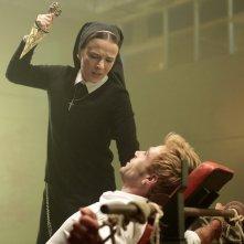 Constantine: Claire van der Boom e Matt Ryan in una scena di The Saint of Last Resorts (2)