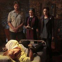 Constantine: Charles Halford, Claire van der Boom, Matt Ryan e Angélica Celaya in The Saint of Last Resorts (2)
