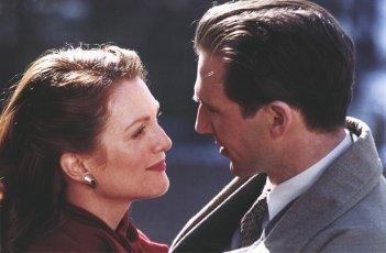 Julianne Moore con Ralph Fiennes in Fine di una storia