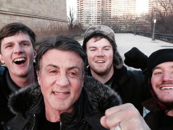 Sylvester Stallone insieme a tre giovani turisti sulla scalinata del Museum of Art di Philadelphia