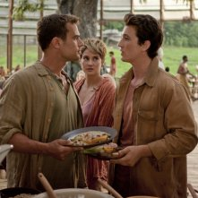 The Divergent Series: Insurgent - Shailene Woodley insieme a Theo James e Miles Teller in una scena del film