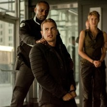 The Divergent Series: Insurgent - Shailene Woodley con Theo James e Mekhi Phifer in una scena del film
