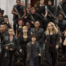 The Divergent Series: Insurgent - Emjay Anthony con Rosa Salazar e Suki Waterhouse in una scena del film