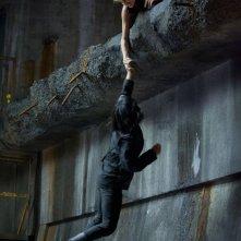 The Divergent Series: Insurgent - Shailene Woodley con Zoë Kravitz in una concitata scena del film