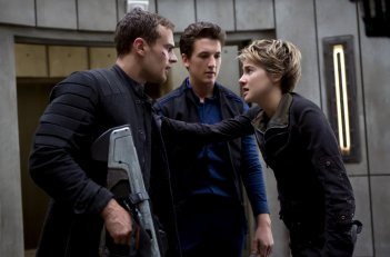 The Divergent Series: Insurgent - Shailene Woodley con Theo James e Miles Teller in una scena del film