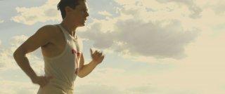 Unbroken: Jack O'Connell in una scena del film nei panni di Louis Zamperini
