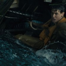 Unbroken: Jack O'Connell dopo l'incidente aereo in una scena del film
