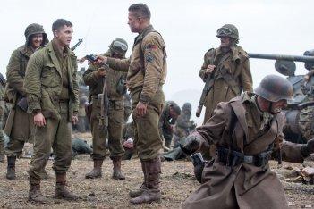 Fury: Brad Pitt in una scena del film insieme al giovane Logan Lerman
