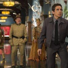 Notte al museo - Il segreto del faraone: Ben Stiller con Robin Williams in una scena