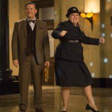 Notte al museo - Il segreto del faraone: Ricky Gervais con Rebel Wilson in una scena del film