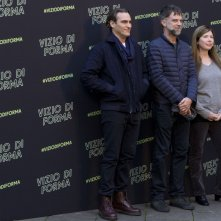 Vizio di forma: Joaquin Phoenix, Paul Thomas Anderson con la produttrice Joanne Sellar al photocall romano