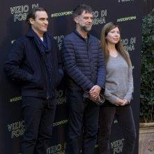 Vizio di forma: Joaquin Phoenix, Paul Thomas Anderson e Joanne Sellar al photocall romano